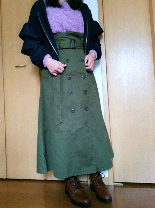 ネイビーのブルゾン カーキのスカート