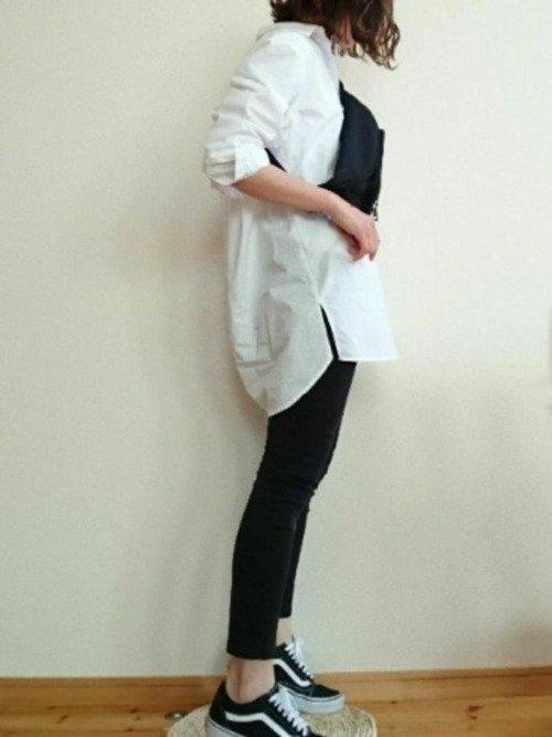 ルーズな白シャツとタイトな黒ボトムスで大人らしいミニマルコーデを作ろう