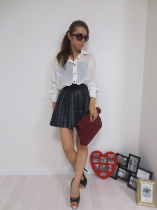 白のシャツブラウス 黒のレザープリーツスカート