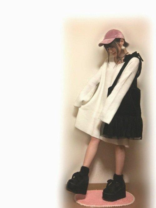 白のワンピース 黒のブーツ ピンクのキャップ