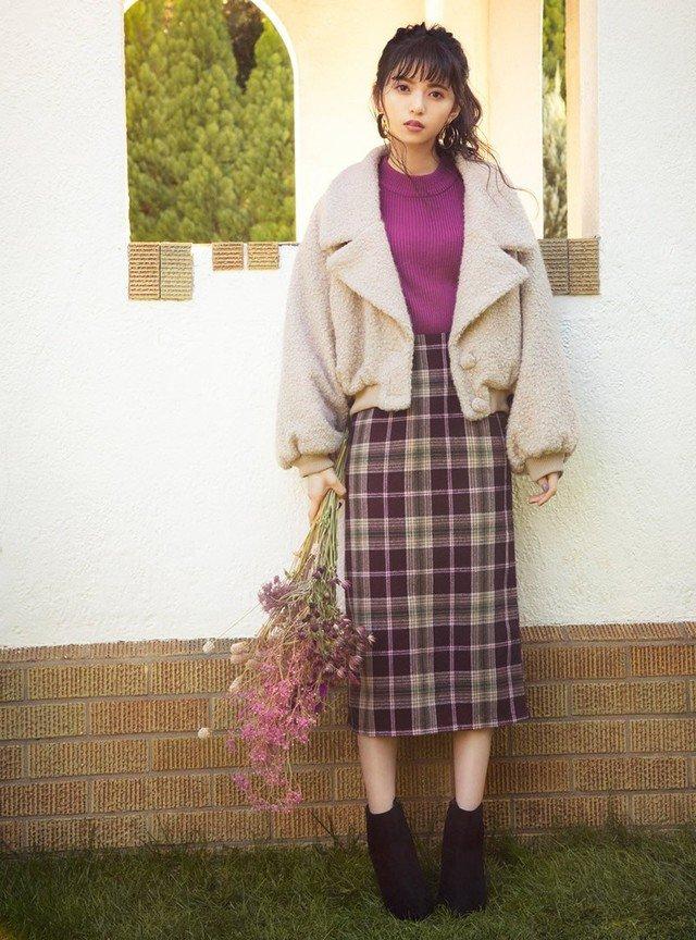 ベージュのボアテーラードジャケット 紫のタイトスカート