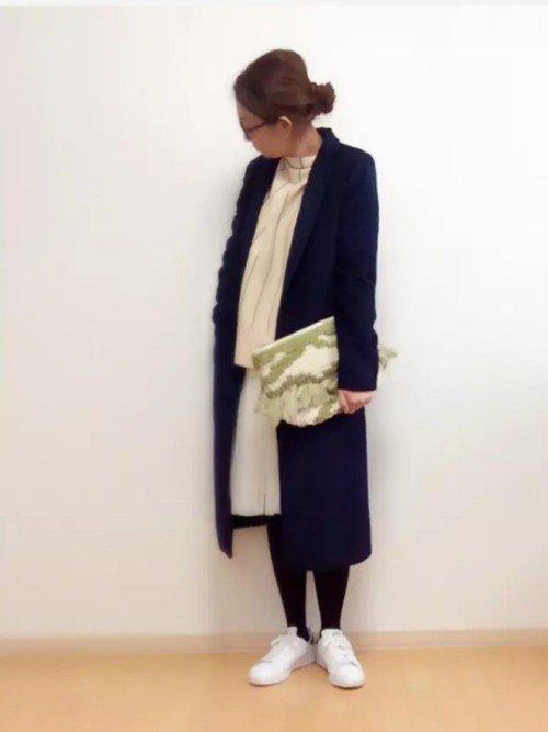 ネイビーのロング丈テーラードジャケット 白のトップス 白のスカート