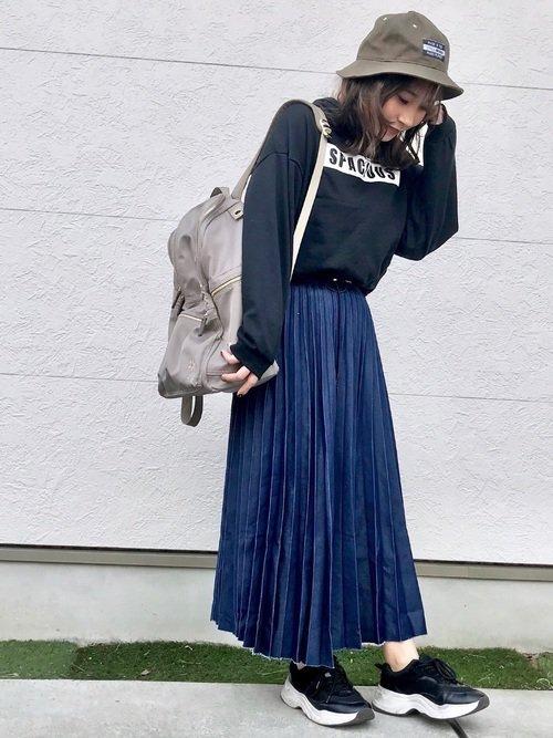 バケットハットのコーデ術:プルパーカー×デニムスカート