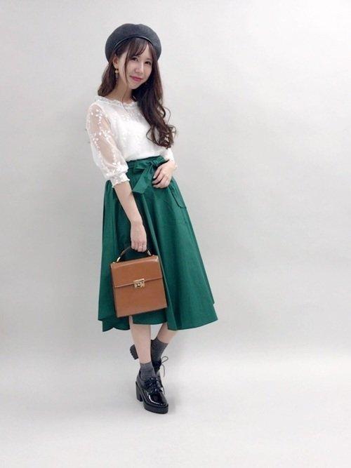 白のブラウス 緑のフレアスカート