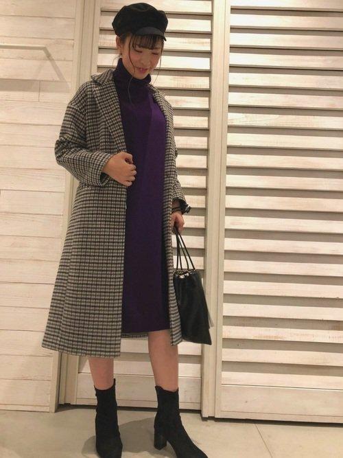 ウールのコート 紫のタートルネックワンピース 黒のブーツ