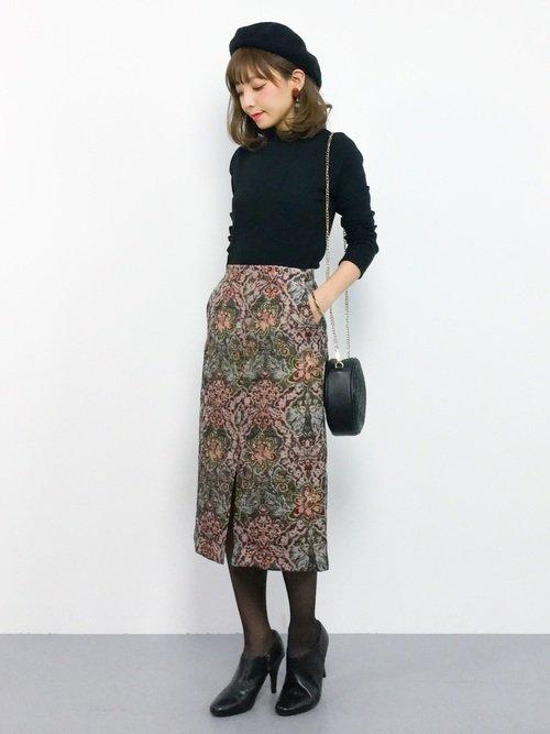 黒ニットとゴブランスカートを合わせたコーデ