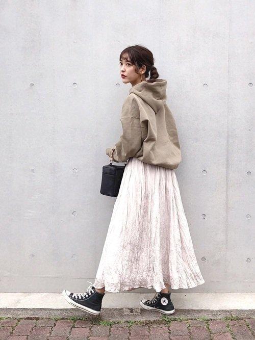 パーカー×サテンスカート