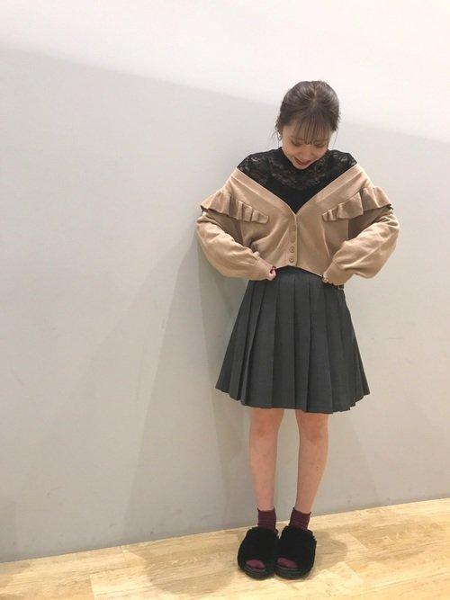 ミニ丈のグレーのプリーツスカートのコーデ
