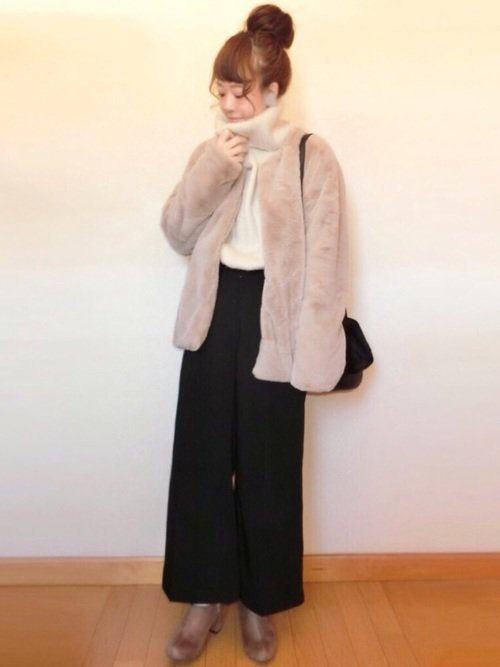 黒ワイドパンツ 白のニット ピンクジャケット