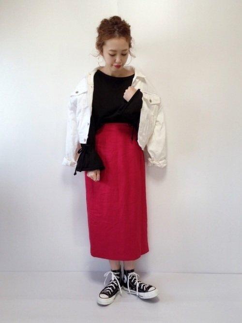 赤スカート×白デニムジャケットコーデ