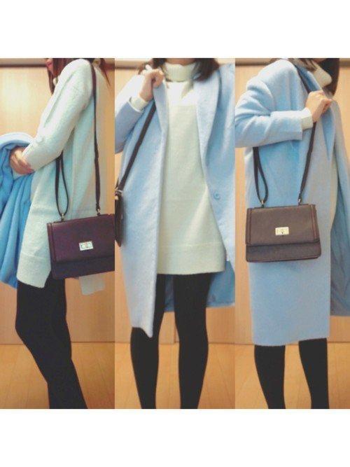 白のニットワンピース ブルーのコート
