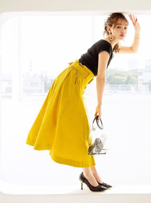 黄色のフレアスカート 黒トップス 黒パンプス