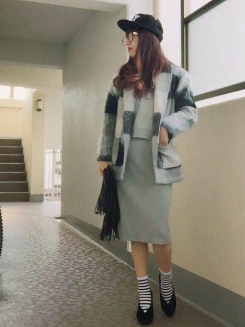 チェックのシャギーコートを着た女性