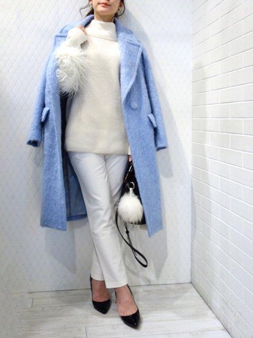 ブルーのシャギーコートを羽織った女性