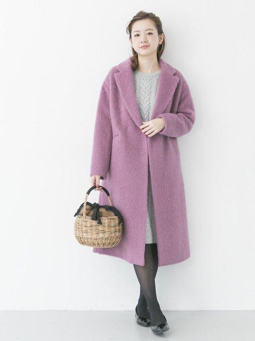 パープルのシャギーコートを着た女性