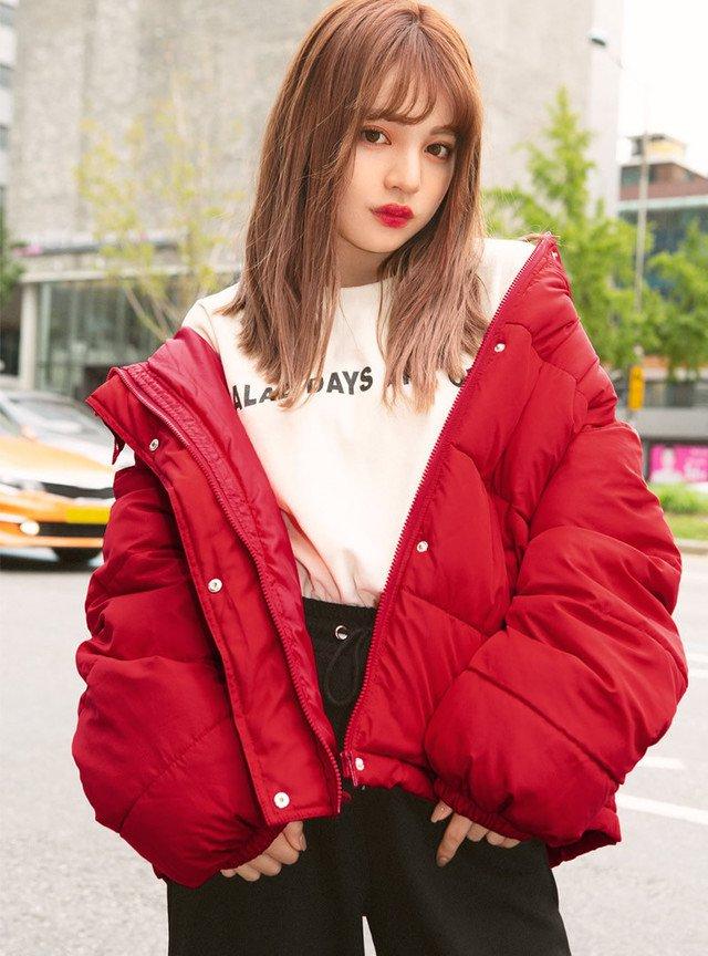 赤のダウンジャケット 白のトップス