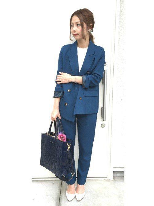 ブルーのパンツスーツ 白のブラウス