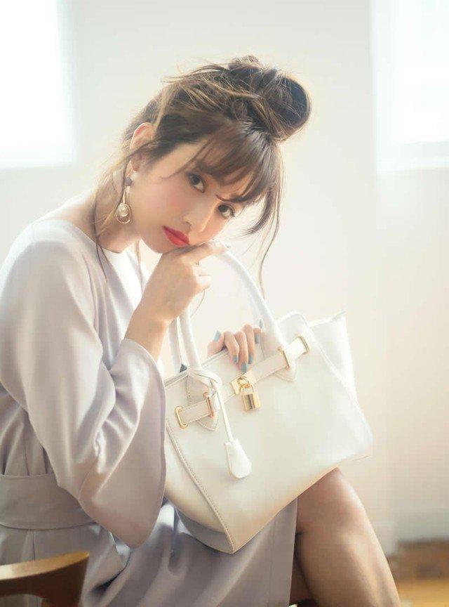 パールピアス 白のハンドバッグ