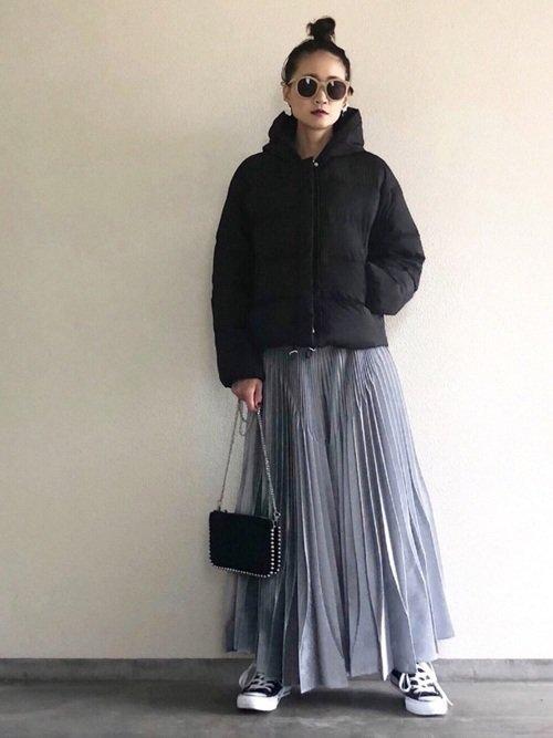 1月に使いたい、黒のショートダウンに軽いプリーツスカートでシャープコーデ