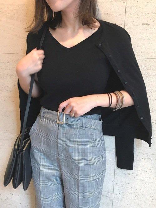 グレンチェックパンツと黒カーディガンのコーデ写真