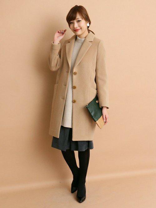 きれいめコーデにキャメルのチェスターコートを着た女性