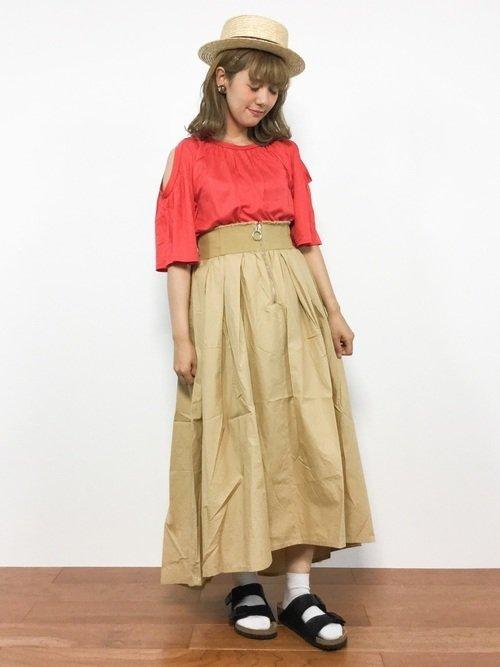 ベージュのコルセットスカート 赤のトップス