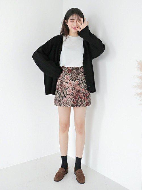 花柄のミニスカートを穿いた女性