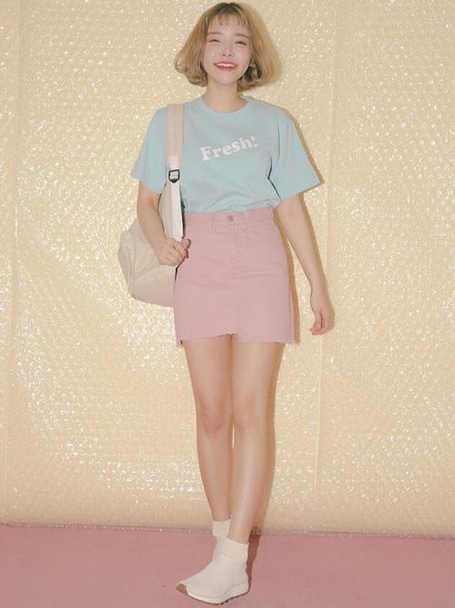 Tシャツとミニスカートの女性