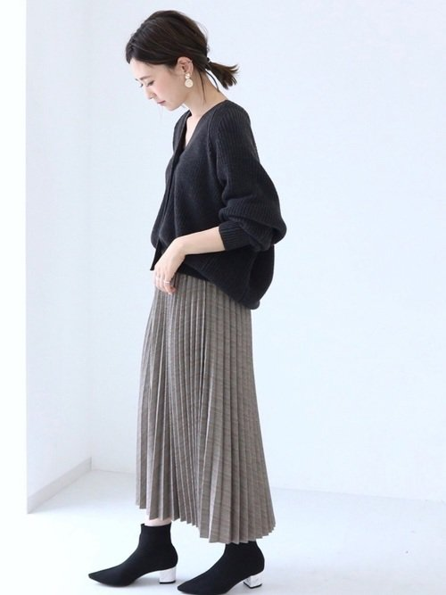 黒ニットとプリーツロングスカートを合わせたコーデ