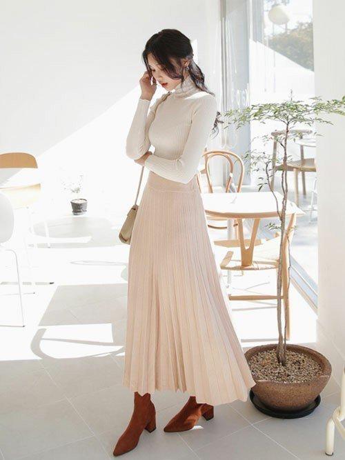 淡いカラーのプリーツスカートを使ったロングスカートコーデ