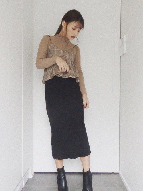ベージュのアンサンブル 黒のロングスカート