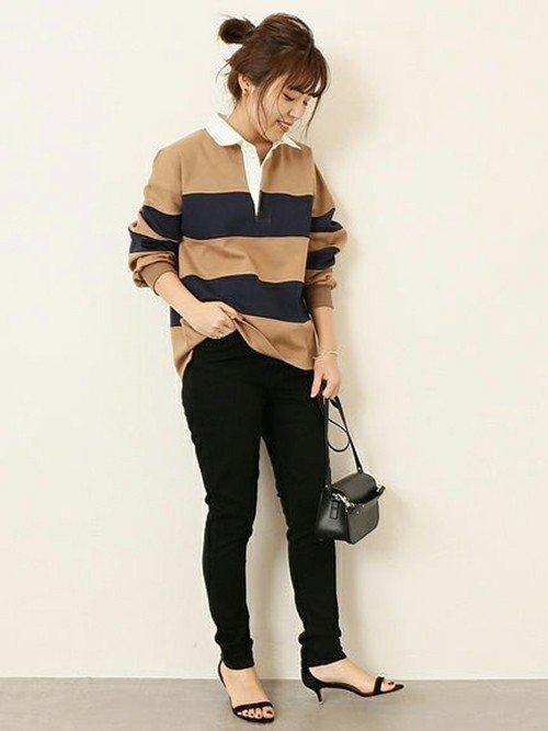 ベージュのボーダーシャツ×黒パンツコーデ