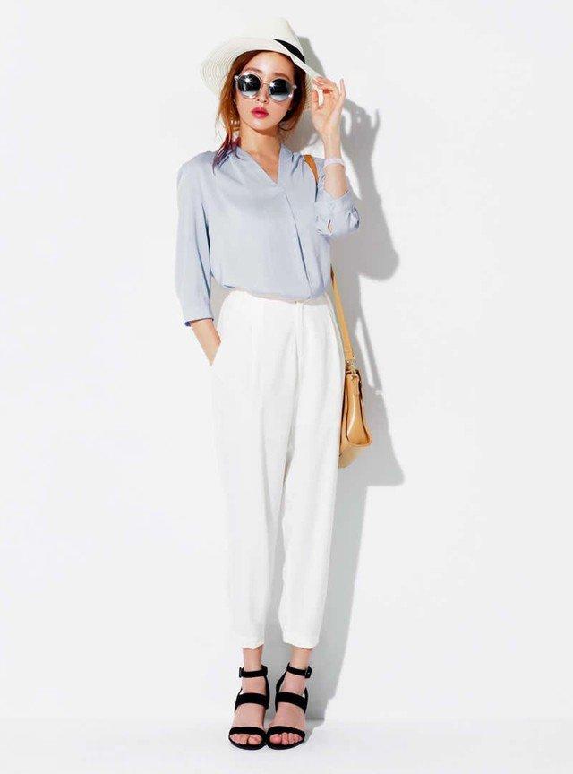 Vネックとろみシャツ×白のラフボトムス