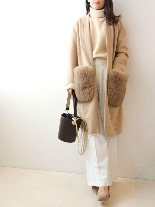 ベージュのポケットファーコート ホワイトのワイドパンツ