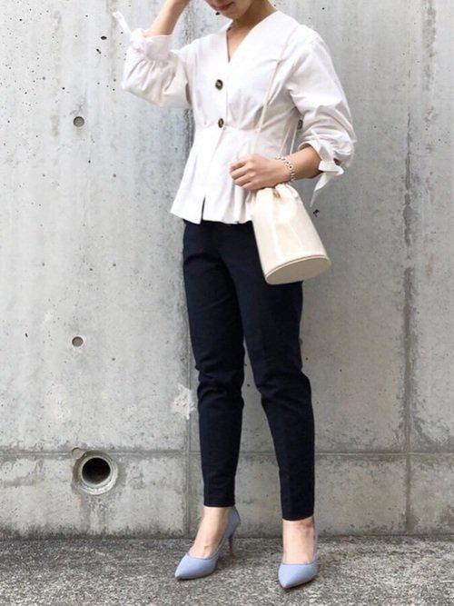 白のVネックシャツ×デニムコーデ