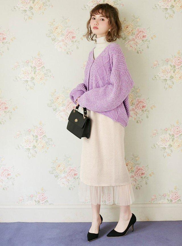 ピンクのニットカーディガン 白のタイトスカート