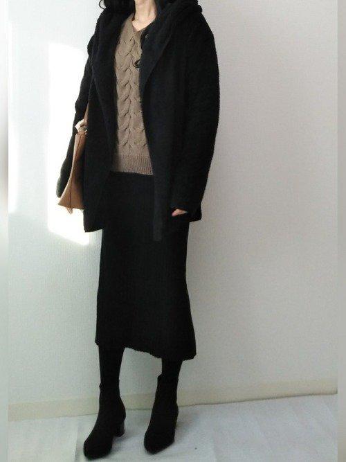 黒のジャケット ベージュのニットセーター ニットスカート