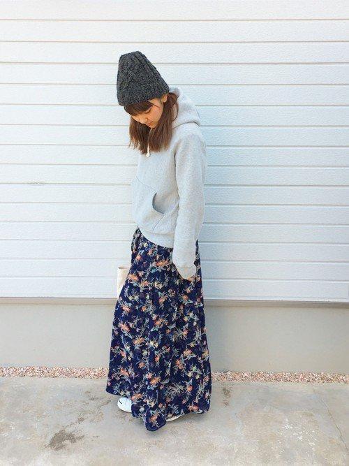 花柄ロングスカートにパーカーを着た女性  花柄ロングスカートにパーカーを着た女性  花柄ロングスカートにパーカーを着た女性