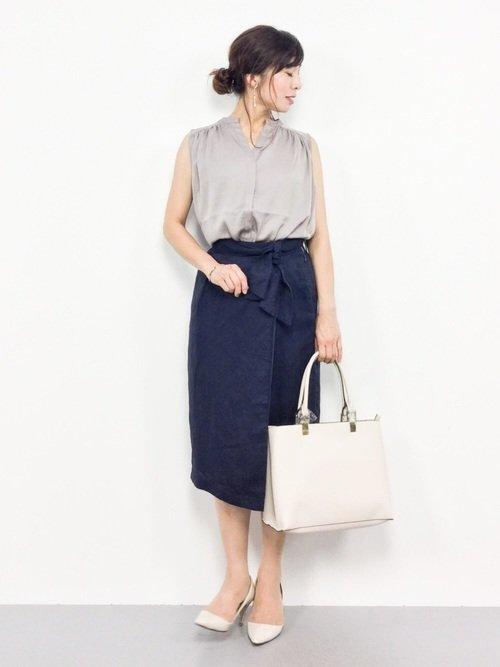 紺のタイトスカートとノースリーブブラウスを着た女性  紺のタイトスカートとノースリーブブラウスを着た女性