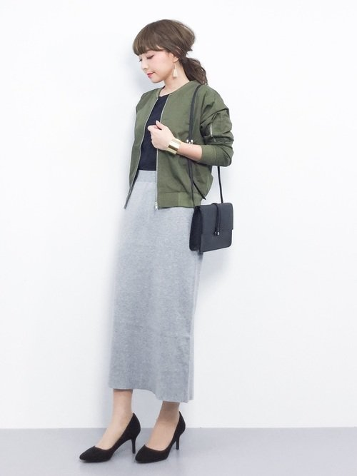 春はニットスカートとミリタリージャケットで上品カジュアルなコーデに