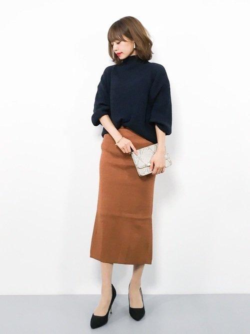 黒セーターとキャメルスカート