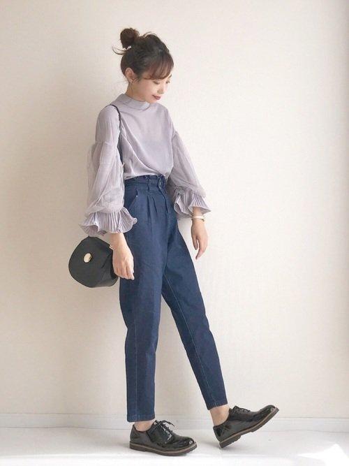ネイビーパンツとグレーシャツでシンプルな大人スタイルコーデを楽しもう