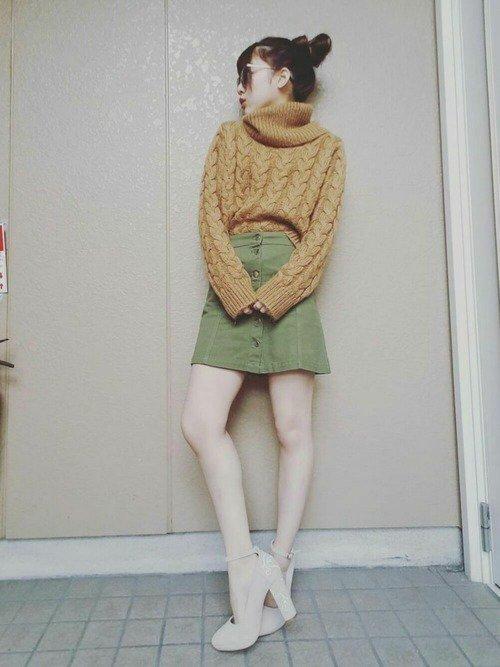 グリーンの台形スカート 黄色のニットセーター