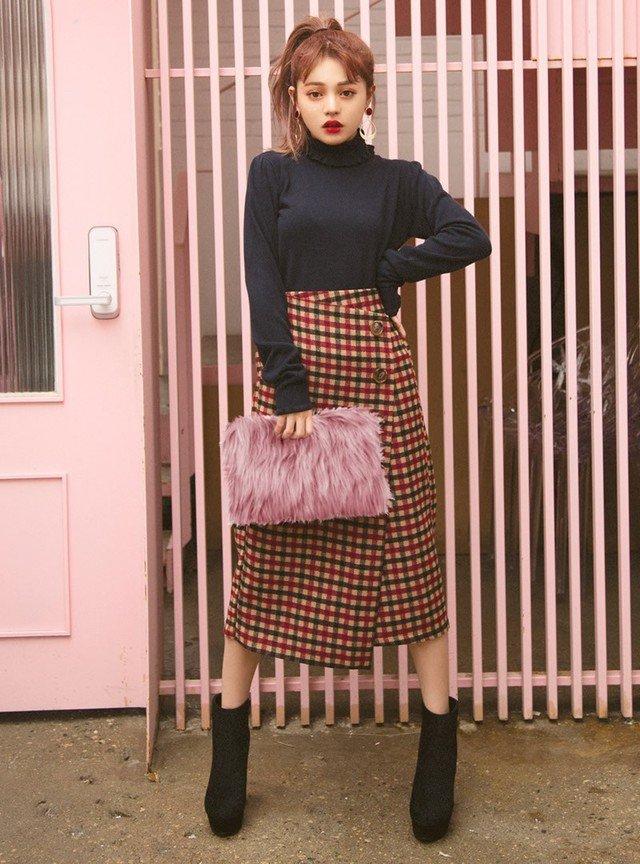 ピンクのファーバッグ チェックスカート 黒のハイネック
