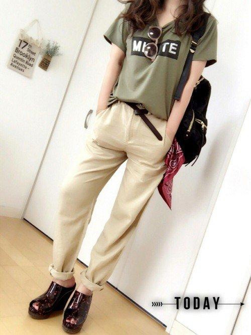 オリーブ色のTシャツを使ったコーディネートの写真