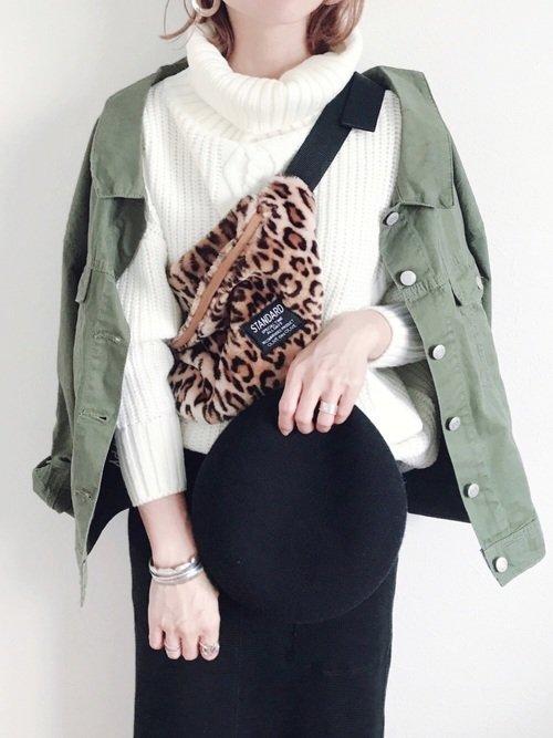 オリーブ色の短めのミリタリージャケットを使ったコーディネートの写真