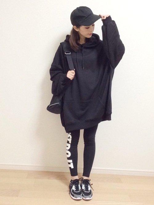 オーバーサイズの黒パーカーの韓国風コーデの写真