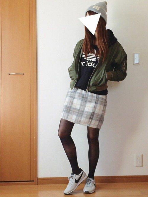 アディダスの黒パーカーとチェックのスカートを合わせたコーデの写真
