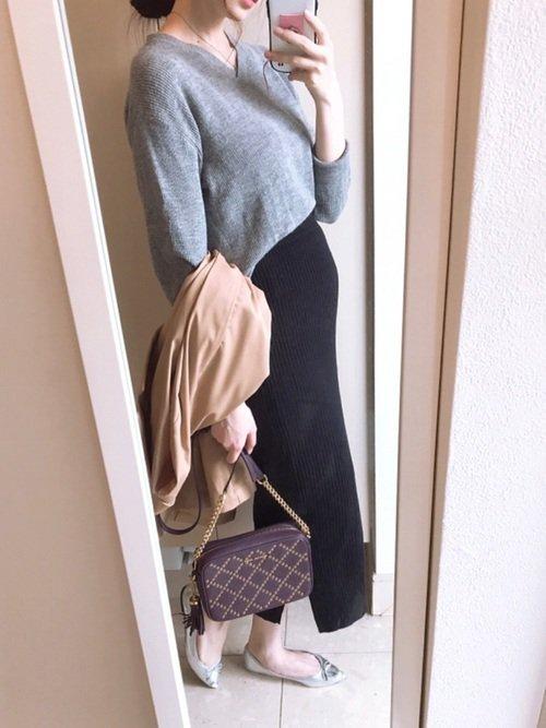 黒スカート×グレーニット