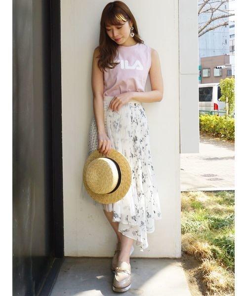 ロゴトップス×白の花柄スカートコーデ